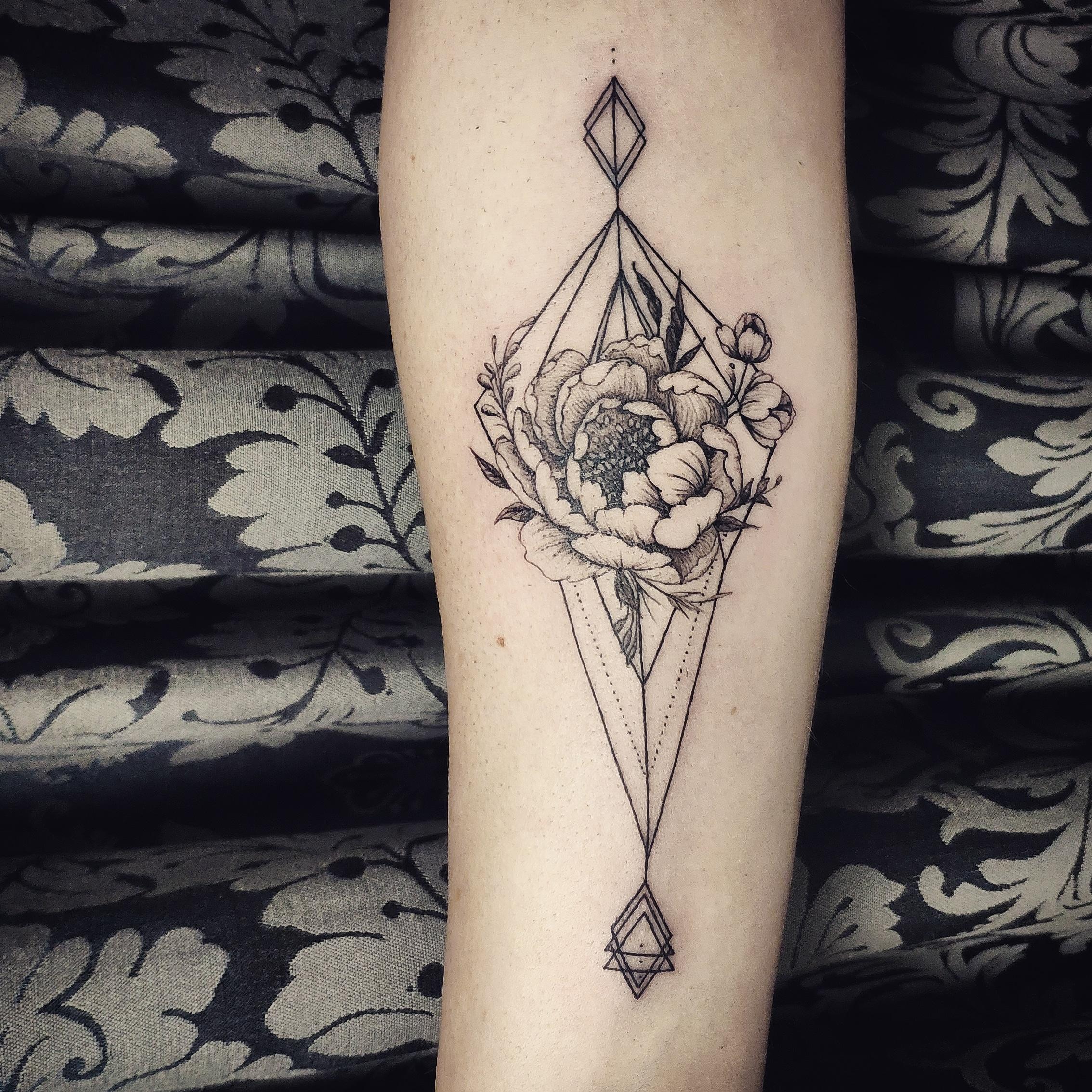 geometria, tatuajegeometrico, madridtattoo, tattooshopmadrid, geometrictattoo, lineamuyfina, tatuajelineafina, finelinetattoo, fineline, hiperfineline, florestatuajemadrid